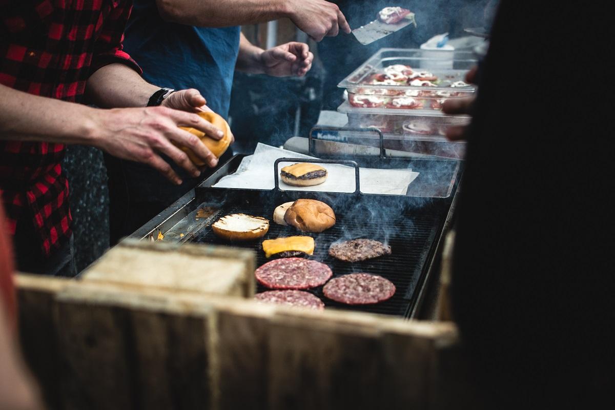 Foodiesfeedcom_beefburgerbarbequeoutside
